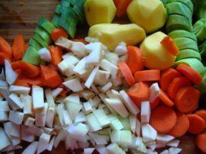 Kochen Sie leckere Suppe mit frischen Zutaten